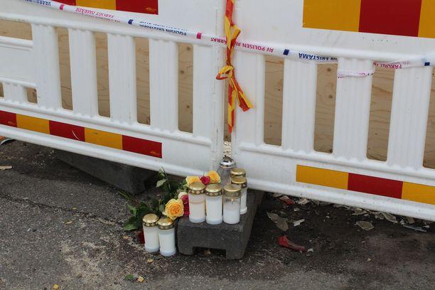 Kuopion turmapaikalle tuotiin kynttilöitä ja ruusuja onnettomuuden jälkeen.