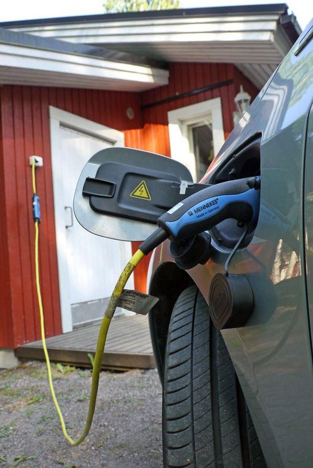 Nopeimmillaan auton voi ladata noin kolmessa tunnissa kotonakin, jos pistoke on 16 ampeerin sulakkeen takana.