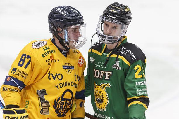Veljekset Aleksi Saarela (vas.) ja Antti Saarela kohtasivat torstaina Tampereella puolivälieräsarjan jälkeen.