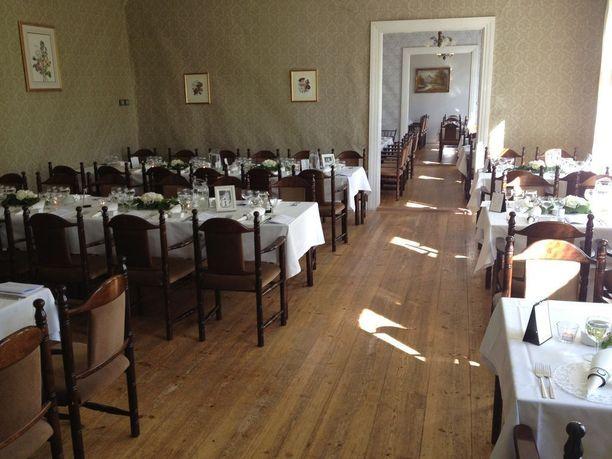Kartano soveltuu hyvin erilaisiin tilaisuuksiin ja juhliin, sillä päärakennuksessa on ruokailupaikat jopa 150 henkilölle. Tilassa on toiminut ennen suosittu lounasravintola.