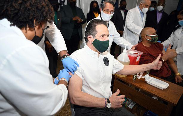 Yhdysvalloissa on annettu yli 225 miljoonaa koronarokotetta. Tässä rokotteen saa New Yorkin kuvernööri Andrew Cuomo.