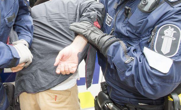 Poliisi otti kiinni useita nuoria epäiltynä rikoksesta. Kuvituskuva.