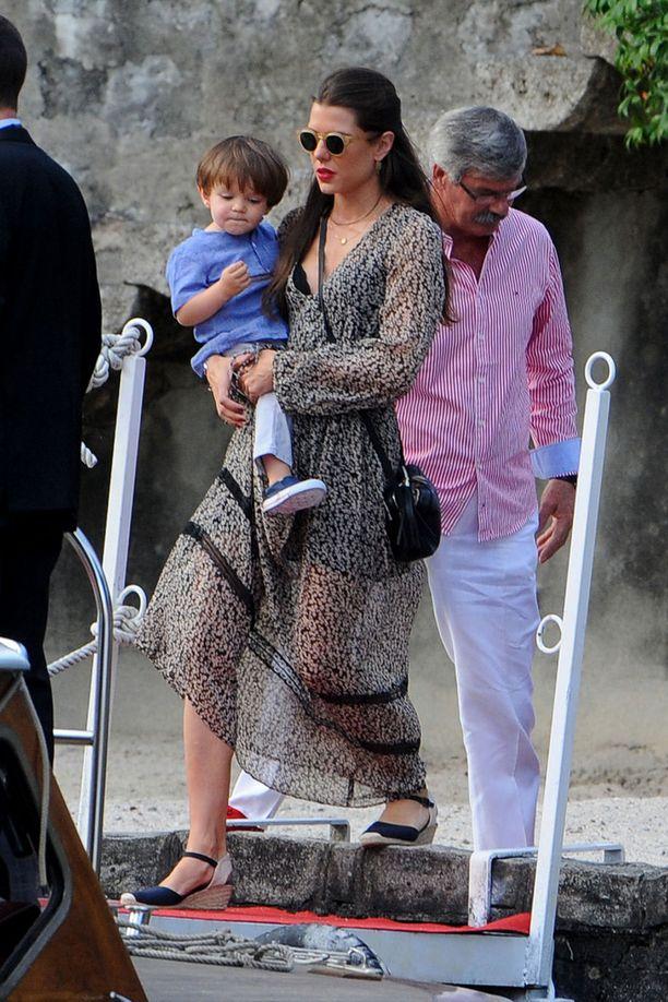 Sulhasen sisko Charlotte kantoi sylissään puolitoistavuotiasta Raphaël-poikaansa saapuessaan perjantaina juhlapaikalle.