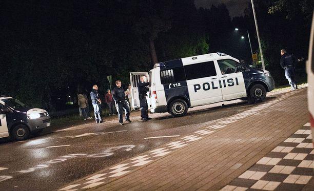 Turvapaikanhakijoita kuljettanutta linja-autoa turvasi Lahdessa muutama poliisiauto syyskuussa.