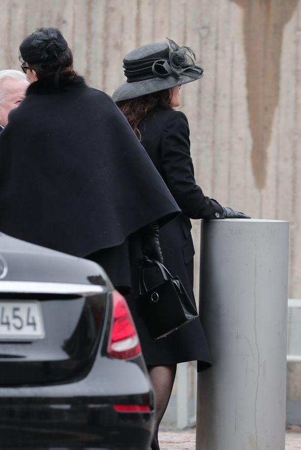 Kaarina-leski saapui mustassa hatussaan paikalle ensimmäisten vieraiden joukossa.