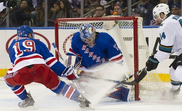 Antti Raanta piti nollapelin ensimmäisessä ottelussaan New York Rangersin maalilla.