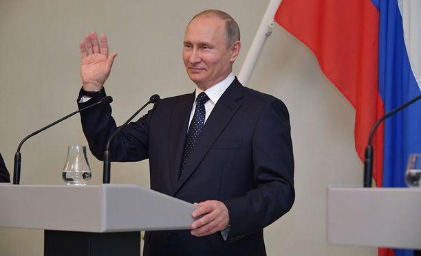 Venäjän presidentti Vladimir Putin lähetti kaikille suomalaisille terveisiä ja heilautti kättään tervehdyksen merkkinä lehdistötilaisuudessa Punkaharjulla.