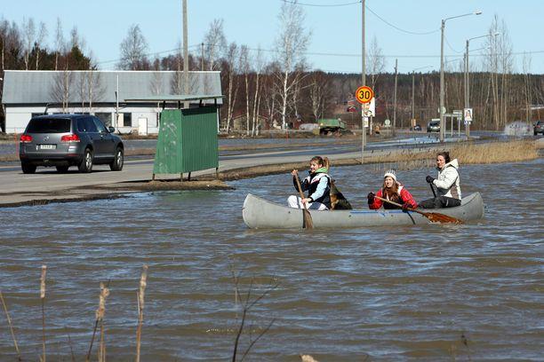 Perniönjoki tulvi keväällä 2011.