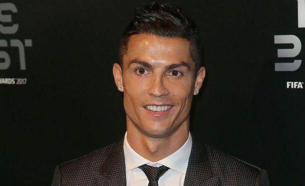 Cristiano Ronaldo julkaisi treenikuvan kaksi lastaan yleisönä.