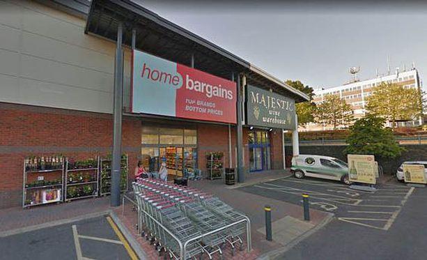 Perhe oli ostoksilla Home Bargains -kaupassa ostoskeskuksessa, kun isku tapahtui.