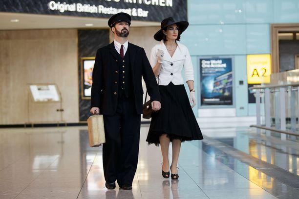 Esitys alkoi jo lentokentällä Lontoossa.