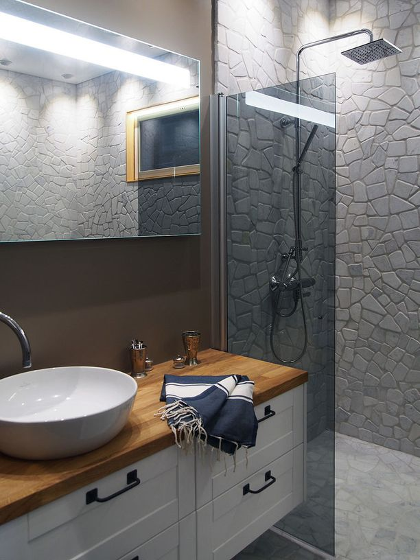 Tämän kylpyhuoneen seinät on vuorattu luonnonkivillä. Kylpyhuone on kohteesta Lumimustikka viime kesän asuntomessuilta.