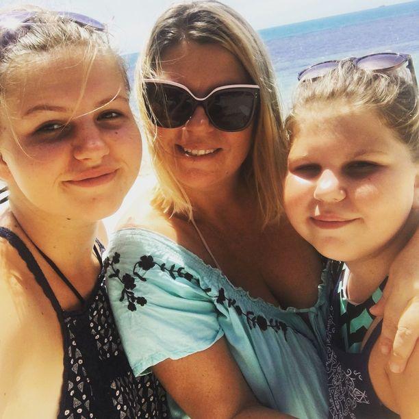 Tuula Fitzpatrick ja hänen tyttärensä Tiia ja Katriina kuvattu aikana, jolloin aurinko paistoi Thaimaassa.