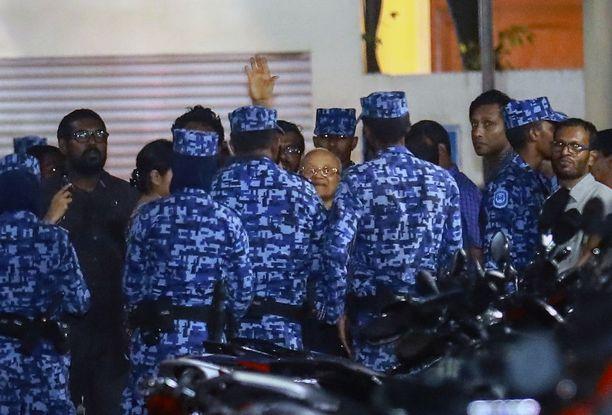Poliisit hakivat Malediiveja 30 vuotta hallinneen Maumoon Abdul Gayoomin (kesk.) kotoaan tiistaina.