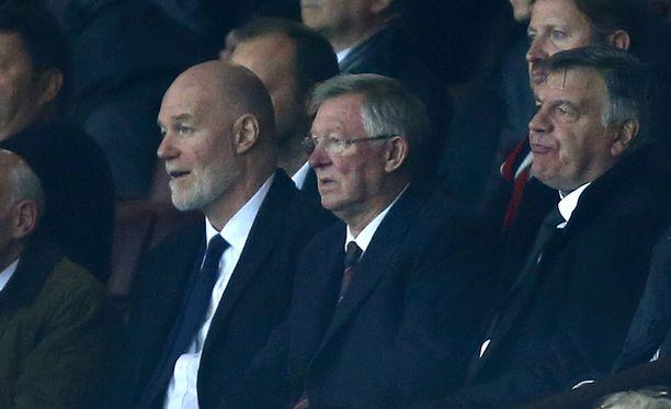 Sir Alex Ferguson (kesk.) oli kutsunut myös näyttävät potkut saaneen Sam Allardycen (oik.) Old Traffordille.