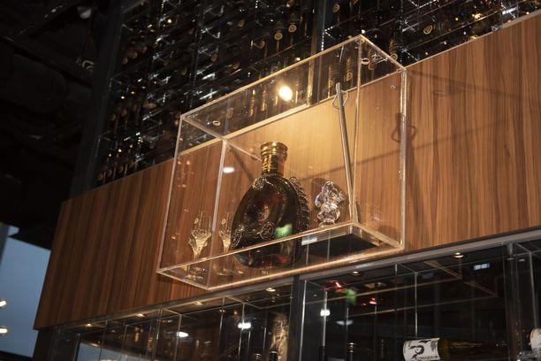 92 500 euron pullo nostettiin ravintola The Towerin seinälle panssarilasin taakse turvaan tarkasti asetellen.
