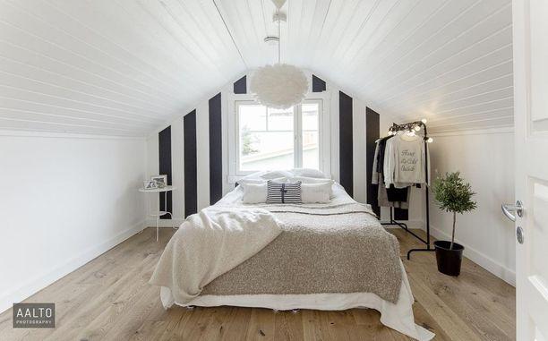 Ikkuna sängynpäätynä on myös hauska ratkaisu - valo tulee ainakin sisään heti aamusta alkaen. Pienessä huoneessa myös koko seinästä voi tulla ikään kuin sängynpääty