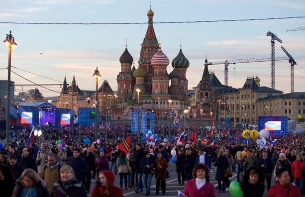Krimin liittämisen vuosipäivää juhlisti Moskovassa tiettävästi yli satatuhatta ihmistä.