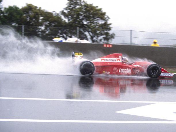 Jyrki Järvilehto vauhdissa vuoden 1992 Espanjan GP:ssä Scuderia Italian autolla.