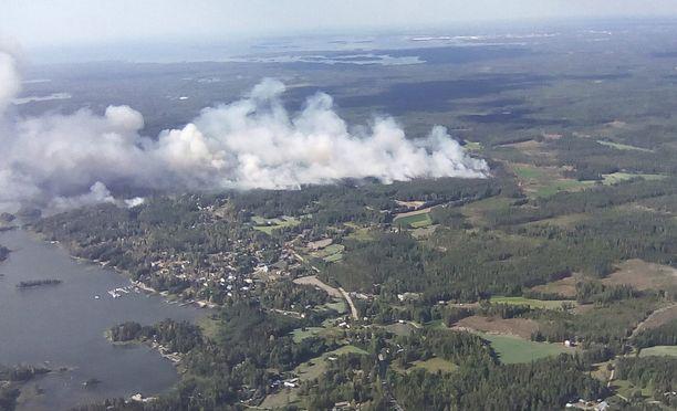 Pyhärannassa arvioidaan palaneen sadan hehtaarin alueella. Kuva keskiviikolta.