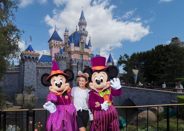 Pääsyä Walt Disney Worldiin ja Disneylandiin on rajoitettu korona-aikana ja kävijöiden on käytettävä maskia sisätiloissa ollessaan.