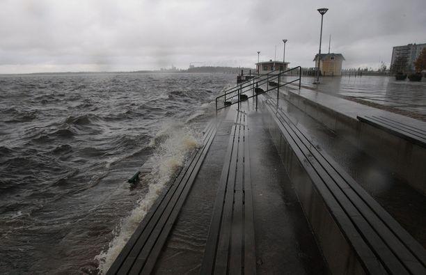 Varoitus korkeasta merivedestä on voimassa lauantaina Perämeren pohjoisosissa. Vesi voi siis nousta muun muassa Kemissä, josta kuva.