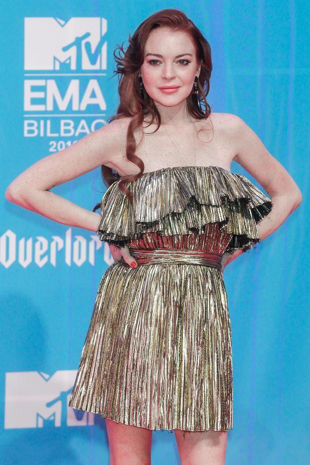Lindsay Lohan luotti gaalassa kultaiseen muotiluomukseen.