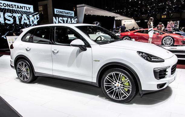 Porsche Cayenne Hybridin omistaja hymyilee Länsiväylällä.