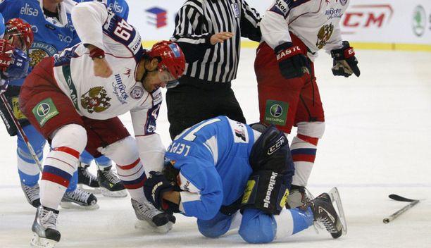 Jevgeni Artjuhin oli taas pahanteossa. Kuvassa Artjuhin pieksee Sami Lepistöä huhtikuun lopun Euro Hockey Tourin ottelussa.