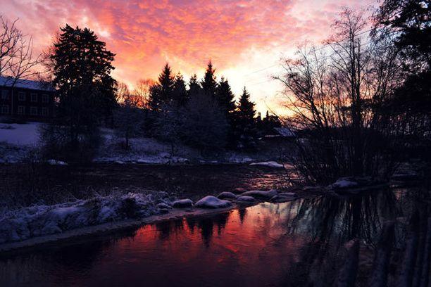 Otin kuvat eräänä poikkeuksellisen kauniina iltapäivänä, kun auringonlaskun värjäämä taivas heijastui kauniisti takapihaltamme näkyvään jokeen.