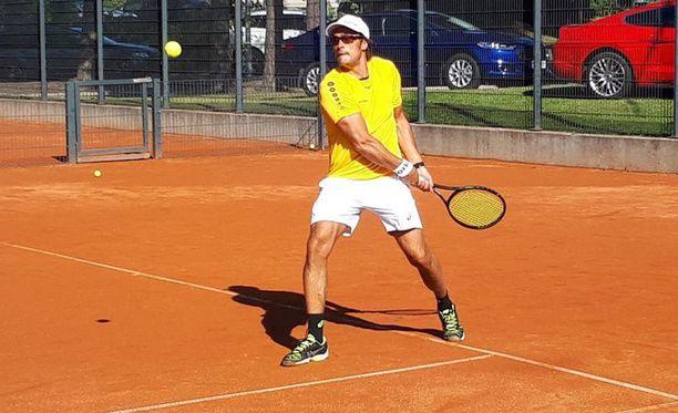 Teemu Selänne viettää Suomen kuumaa kesää tenniksen parissa.