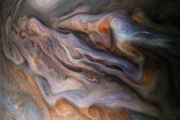 Junon ottama kuva Jupiterin myrskystä. Juno pystyy lähettämään Maahan vain noin 40 Mtavua dataa kahdessa viikossa, joten näitä korkearesoluutioisia kuvia ei ole luvassa kovin paljoa.