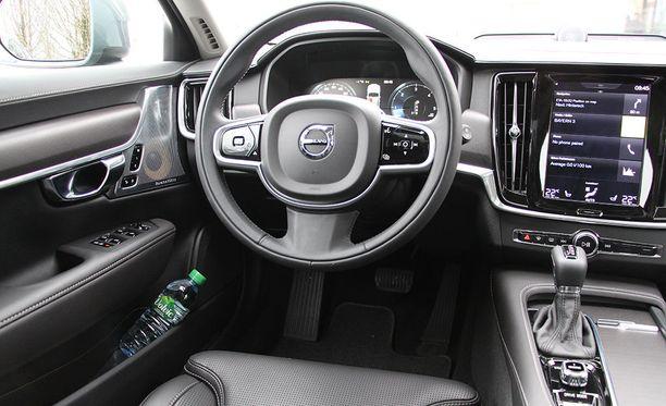 Volvo On Call ja Mercedes me -lähettävät ajomatkatiedot automaattisesti autonvalmistajan palvelimelle, johon lienee paljon vaikeampi päästä hakkeroimaan kuin oman auton tietojärjestelmiin.