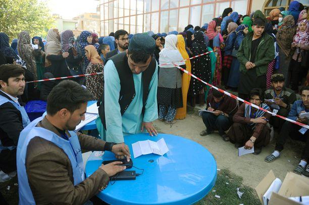 Vaaleissa on käytössä äänestäjien sormenjälkitunnistus, jonka toimintavarmuutta on epäilty. Äänestyspaikka Kabulissa lauantaina 20. lokakuuta.