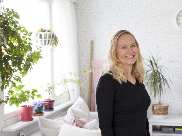 Reija Poutanen on oppinut superbudjetoijaksi. Hän käyttää joka kuukausi yhden illan seuraavan kuukauden menojen suunnitteluun.