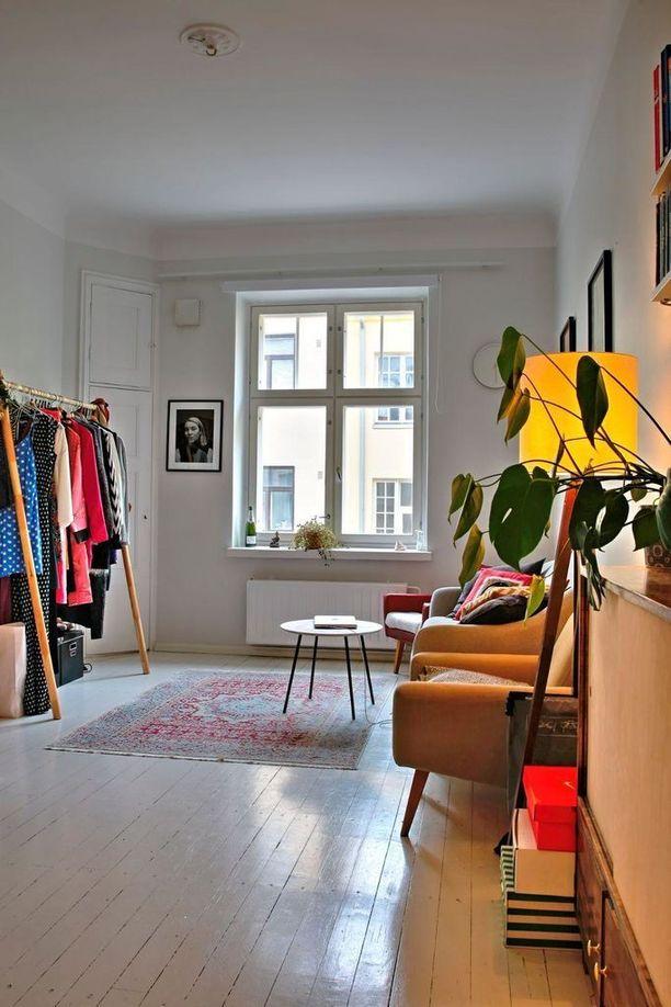 Tässä yksiössä on yli kolmen metrin huonekorkeus ja kaunis ikkuna huoneen päädyssä.