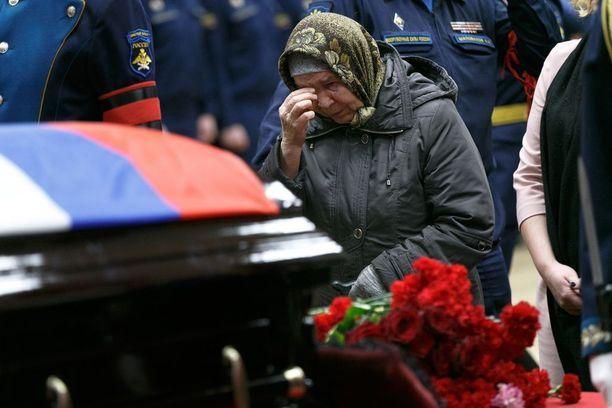 Venäjä joutuu virallisesti tunnustamaan vain armeijan sotilaidensa kuoleman, vaikka niitäkin peitellään. Viime torstaina otetussa kuvassa Syyriassa alas ammutun Su-25-lentäjän Roman Filipovin arkku.