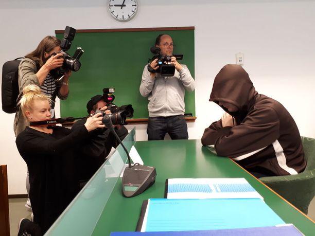 Imatran kolmoissurman käsittely alkoi Etelä-Karjalan käräjäoikeudessa. Jori Juhani Laasosta syytetään kolmoismurhasta.
