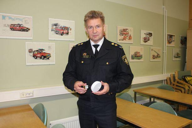 Etelä-Pohjanmaan pelastuslaitoksen pelastusjohtaja Harri Setälä kehottaa vaihtamaan yli kymmenen vuotta vanhan palovaroittimen pikaisesti uuteen.