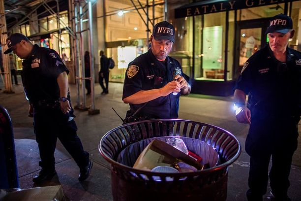Viranomaiset etsivät epäilyttäviä paketteja roskalaatikoista pitkin yötä.