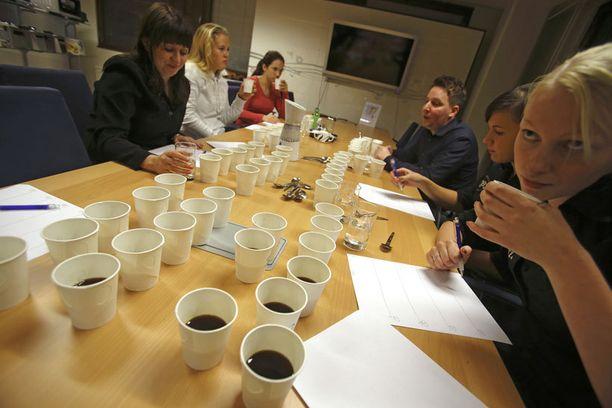 MAKURAATI Kahveja maisteli seitsemänhenkinen makuraati, johon kuului mm. Hanna Nokelainen, Liina Kainulainen sekä Elina Pirttimäki.