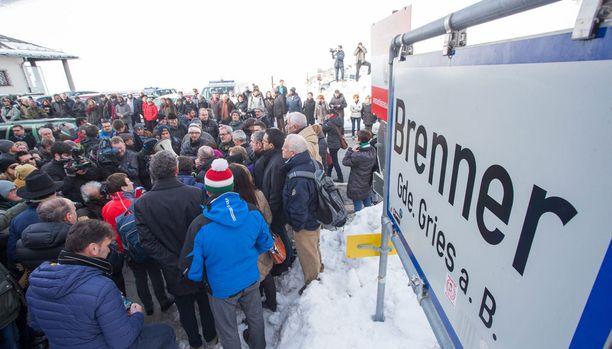 Pakolaistilanne on kiristänyt valvontaa useiden Schengen-maiden rajoilla. Kuvassa mielenosoittajia Itävallan ja Italian rajalla.