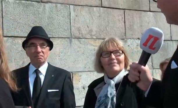 Hämeenlinnasta asti siunaustilaisuuteen tullut pariskunta kuvaili Koivistoa isähahmoksi, joka kasvoi presidentin tehtävien mittaiseksi mieheksi.