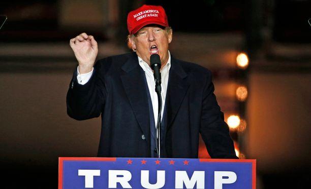 Republikaanien presidenttiehdokas Donald Trump kommentoi vastaehdokkaansa Hillary Clintonin sähköpostitutkintaa.