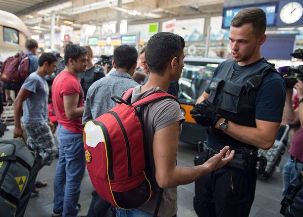 Saksalaispoliisi jututti Unkarista Itävallan kautta Müncheniin saapunutta pakolaismiestä.