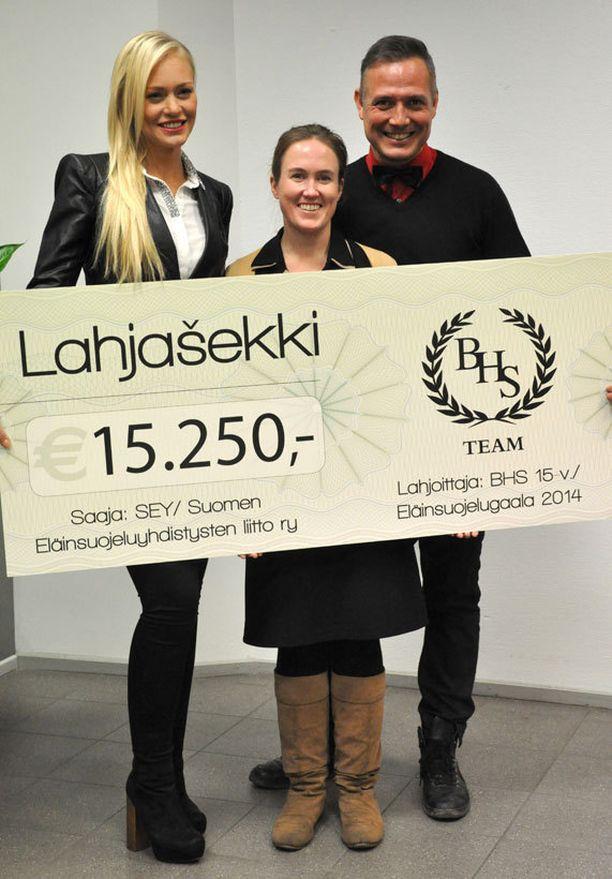 SEY:n toiminnanjohtaja Kati Pulli vastaanotti näyttävän lahjashekin Krista Haapalaiselta ja Marko Björsiltä. –Arvostamme todella paljon tätä merkittävää lahjoitusta eläinsuojelutyölle, Pulli kiitteli.