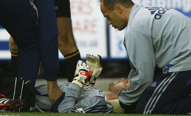 Petr Cechin kallo murtui Valioliigan ottelussa Readingia vastaan vuonna 2006.