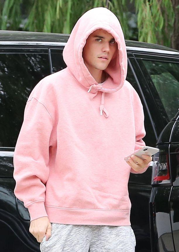 Justin Bieber pukeutui pinkkiin joulukuussa.