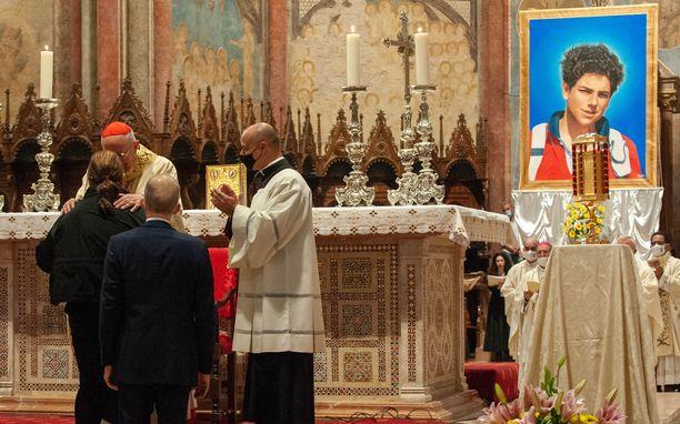Katolisen kirkon mukaan Carlo Acutis paransi vuonna 2013 taivaasta käsin, siis kuolemansa jälkeen, brasilialaisen pojan, joka kärsi harvinaisesta haimasairaudesta. Teko on julistettu ihmeeksi.