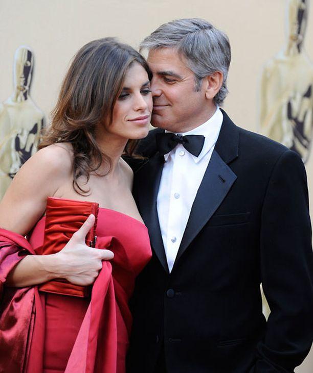 Elisabetta Canalis ja George Clooney hempeilivät punaisella matolla.
